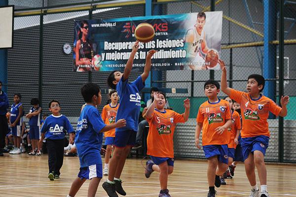 Pequeños basquetbolistas encestando la amistad