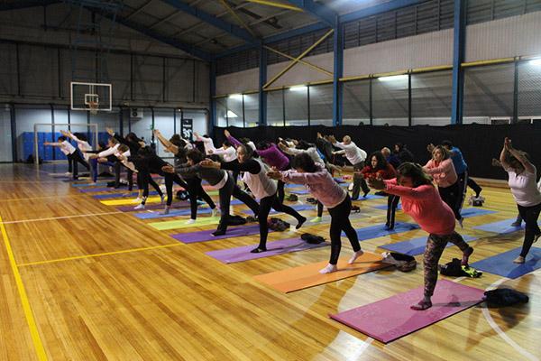Socios acereros disfrutaron de una clase de yoga masiva