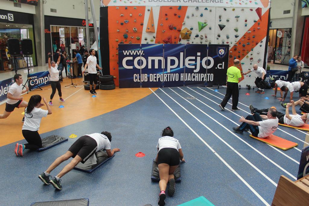 Socios acereros dictaron clase de ejercicio funcional en Mall Plaza el Trébol
