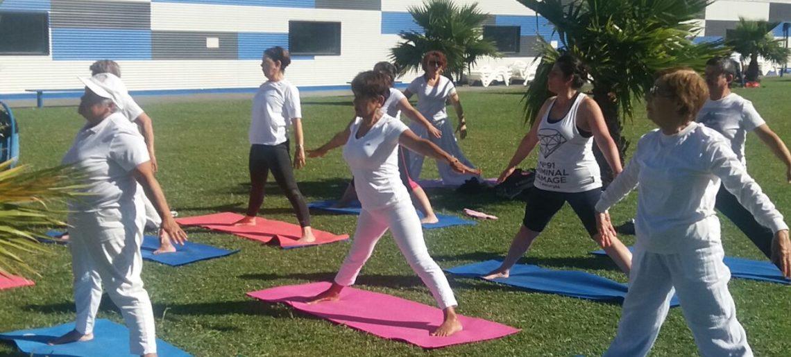 Socios disfrutaron de una clase de Yoga al aire libre