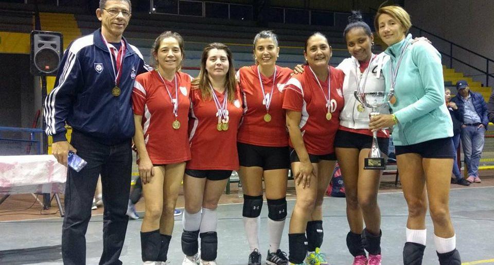 Equipo de voleibol femenino senior gritó campeón en Ángol