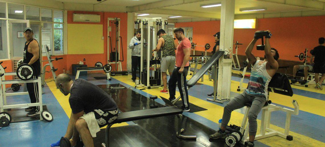 Socios acereros disfrutan de la sala de acondicionamiento físico de primer nivel